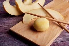 在木板材的五颜六色的mochi点心冰淇凌 库存图片