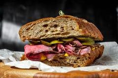 在木板材的五香熏牛肉三明治 图库摄影