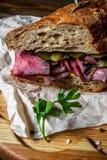 在木板材的五香熏牛肉三明治 库存图片