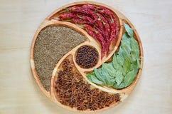 在木板材的亚洲香料:八角、海湾叶子、辣椒粉,干丁香和小茴香接近  香料纹理背景 库存图片