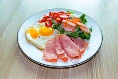 在木板材的健康食物 Keto饮食食物概念 库存图片