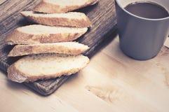 在木板材的切的长方形宝石面包用咖啡 库存照片