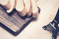 在木板材的切的长方形宝石面包 库存照片