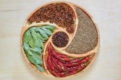 在木板材的印地安香料:八角、海湾叶子、辣椒粉,干丁香和小茴香接近  香料纹理背景 库存图片