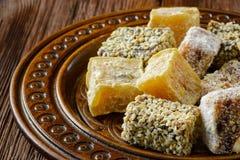 在木板材的土耳其快乐糖或rahat lokum 库存照片