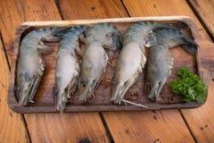 在木板材的新鲜的未加工的老虎大虾 免版税库存照片