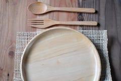 在木板材的新鲜的沙拉在木桌上 免版税图库摄影