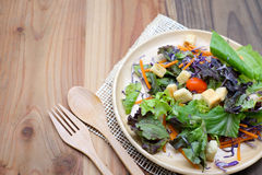 在木板材的新鲜的沙拉在木桌上 免版税库存图片