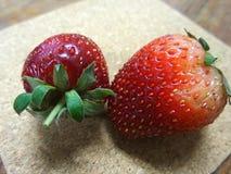 在木板材的新鲜的红色草莓 免版税库存照片
