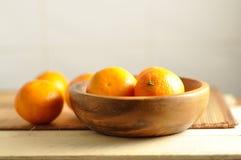 在木板材的新鲜的蜜桔 免版税库存图片