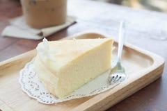 在木板材的日本乳酪蛋糕 免版税库存图片