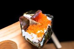 在木板材的日本鲜美Temaki寿司 关闭 图库摄影