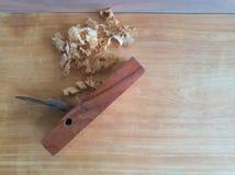 在木板材的木匠业飞机 免版税库存图片