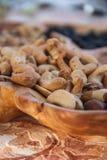 在木板材的混合坚果 免版税库存照片