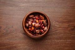 在木板材的炖煮的食物 免版税库存图片