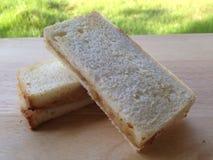 在木板材的金枪鱼色拉三明治早餐 免版税库存图片