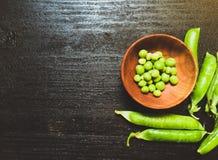在木板材的绿色新鲜的豌豆 免版税库存照片