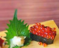 在木板材-选择聚焦的Ikura寿司 库存照片