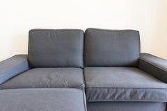 在木板条地板上的深蓝沙发与墙壁背景空间分类 免版税图库摄影