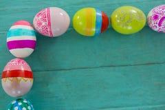 在木板条安排的被绘的复活节彩蛋 库存图片