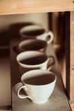 在木板条安置的黏土杯子 图库摄影