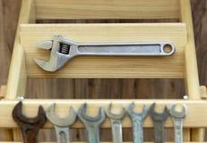 在木板条特写镜头的老建筑工具 库存图片