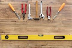 在木板条特写镜头的老建筑工具 免版税库存照片