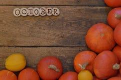 在木板条的南瓜与词10月 免版税库存照片