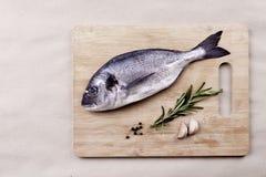 在木板条的新鲜的dorado鱼海鲜 免版税库存图片