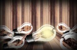 在木板条纹理背景的电灯泡 库存图片