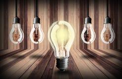 在木板条纹理背景的电灯泡 免版税库存照片