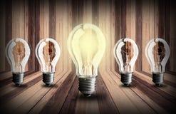 在木板条纹理背景的电灯泡 免版税库存图片