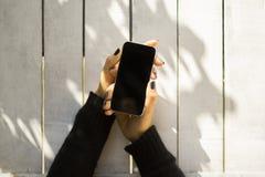 在木板条背景的空白的手机 免版税库存照片