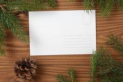 在木板条witc贺卡的绿色云杉的枝杈 图库摄影