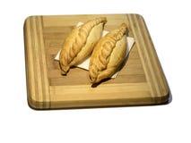 在木板的传统Kairaite盘有餐巾的 库存图片