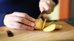 在木板的切口土豆 股票录像