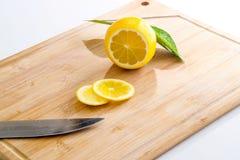 在木板的切的柠檬 免版税库存图片