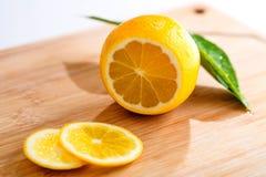 在木板的切的柠檬 免版税库存照片