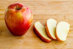 在木板的切的苹果 免版税库存图片