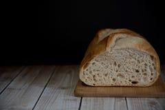 在木板的发酵母家制面包,拷贝空间 免版税库存图片