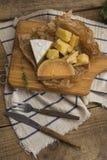 在木板的可口乳酪 免版税库存图片