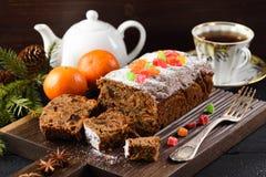 在木板的可口被切的果子蛋糕服务用茶和 库存照片