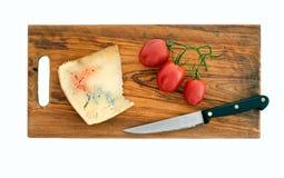 在木板的土气有机青纹干酪,被隔绝 免版税库存图片