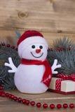 在木板的圣诞节滑稽的装饰雪人 免版税库存照片