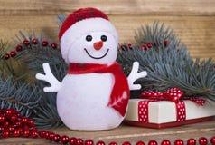 在木板的圣诞节滑稽的装饰雪人 免版税图库摄影