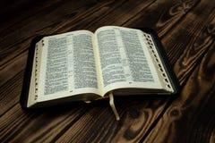 在木板的圣经 库存照片