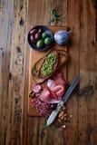 在木板的地中海式开胃小菜 库存图片