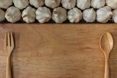 在木板的大蒜 免版税库存照片