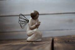 在木板的天使 免版税库存照片