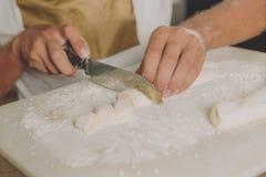 在木板的小甜面包 免版税图库摄影